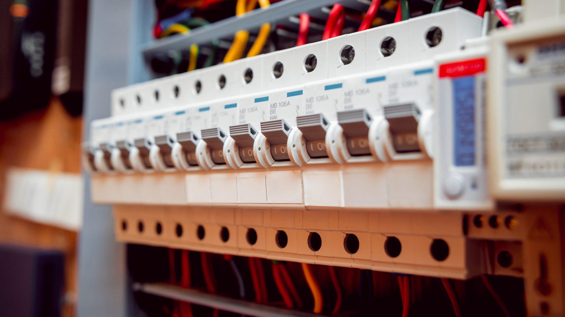 Как правильно устанавливать электрощиты на этаже?